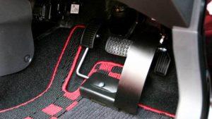 左足でアクセルペダルを操作するための補助装置・左アクセル