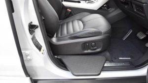 車の乗り降りをサポートするシート